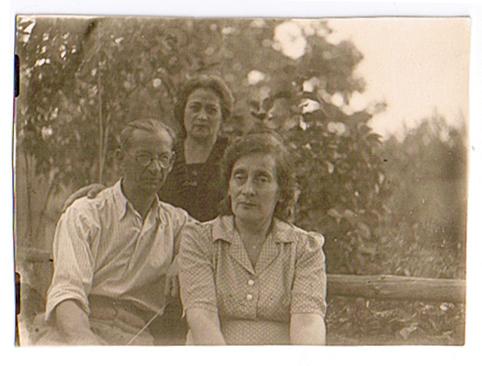 Бабушка (мать матери) Ольга Ефимовна Гиберман (справа) со своей сестрой Тамарой и ее мужем Николаем Моисеевичем Коростышевским.