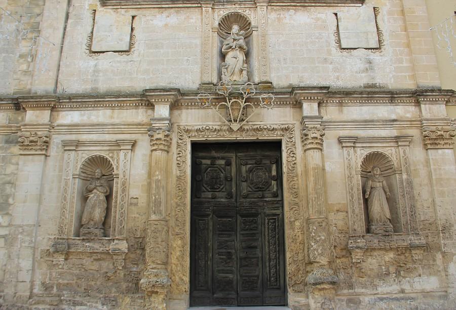 церковь Santa Chiara, которая была построена в конце 17 века