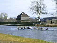 Achter mit Steuermann auf der alten Kanalbrücke