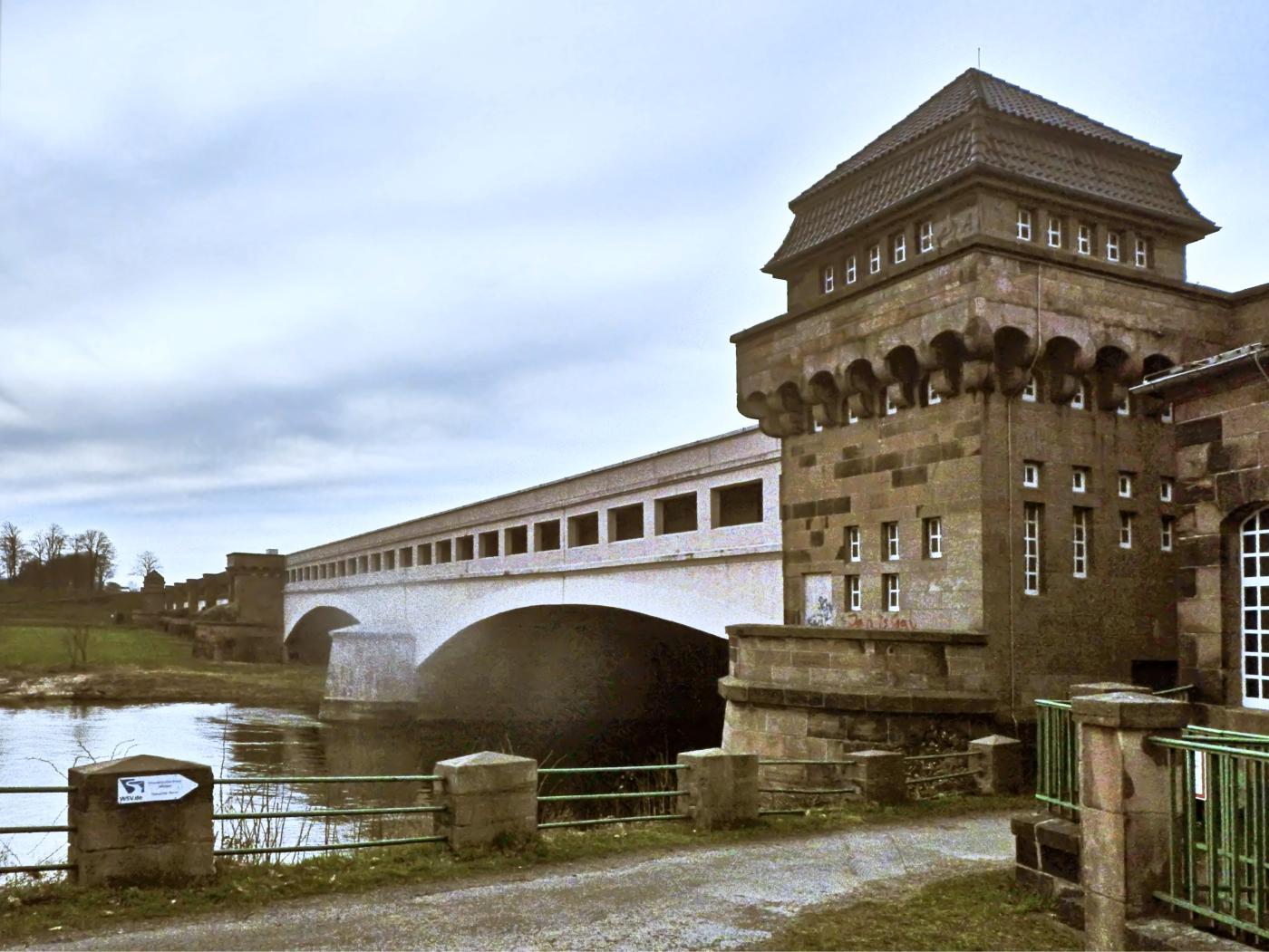 Weser-Durchfluss unter der alten Kanalbrücke